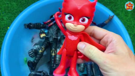 小朋友在展示他喜欢的玩具 有美国队长 超人 蜘蛛侠 绿巨人简直太酷了