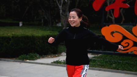 2位大姐比拼鬼步舞,每个都很有活力,你们觉得哪个跳得好?