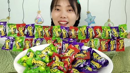 """美食拆箱:小姐姐吃趣味零食""""乳酸果味夹心硬糖"""",果味香甜超赞"""