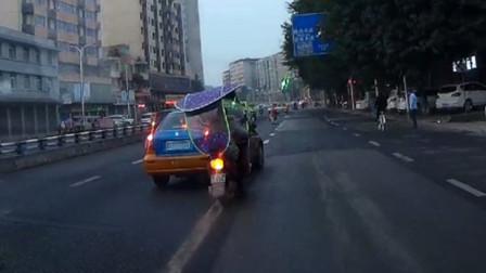 【】重庆出租车变道时未注意观察 急打方向险将电动车撞倒