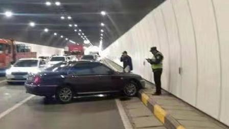 【重庆】罐车隧道内变道撞上小车 小车失控旋转险被碾压