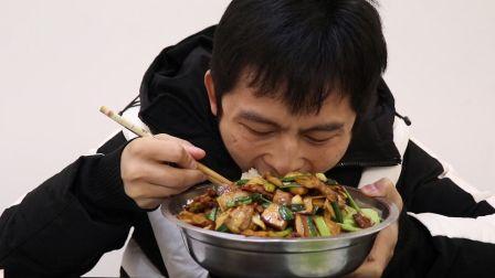 肥肥下班回家做个香干回锅肉,一盆米饭打底,回锅肉真香,吃的真过瘾
