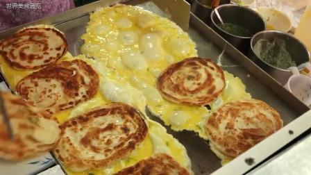 集市上的蛋饼店,一锅做十几个,蛋饼太好吃,出锅就被秒抢