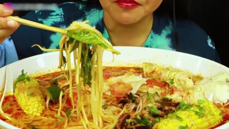 国外美女吃播:海鲜煮+红咖喱汤汁