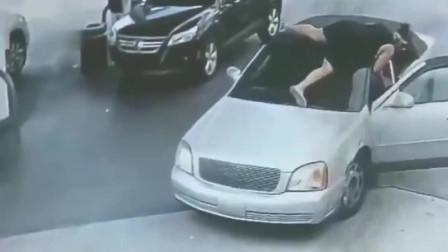 女子加油时发现不对劲,赶紧爬上车,监控拍下惊魂一幕 !