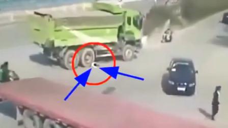 女子遭渣土车碾压,下一秒司机做法让人毛骨悚然,监控拍下全过程