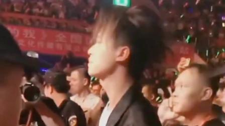许华升不上台,六哲和广东雨神在台上,许华升在台下唱歌!
