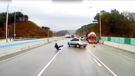 与死神共舞! 韩国男子灵活走位接连躲过飞驰车辆