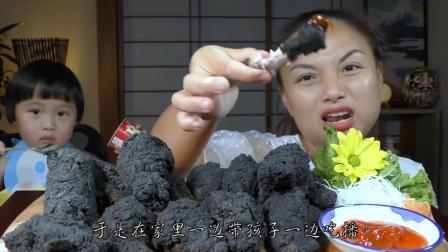 泰国妈妈带孩子吃播两不误,直播吃煤炭鸡翅,宝宝有点馋了!