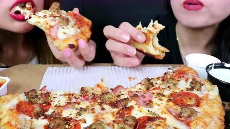 母女两人一起吃芝士肉披萨,看着她们狼吞虎咽可真有食欲呀