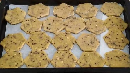 燕麦加芝麻烤制一款小饼干,香甜酥脆,再也不用去烘培坊买了