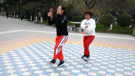 公园溜达的姑娘像朵花?看这对姐妹齐跳鬼步舞,网友:好喜欢