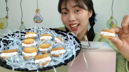 """小姐姐吃趣味零食""""夹心奶油小饼干"""",礼盒装,香甜脆"""