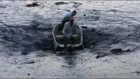 两男子划船捕鱼,突然发现不对劲,跳船还来得及吗?