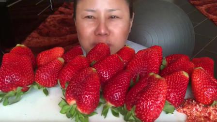 泰国富婆吃一桌草莓,这大草莓的价格不一般,大妈这是吃的不是食物,是钱