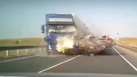 监控:面包车突然逆行,瞬间被大货车解体!一家人当场悲剧了