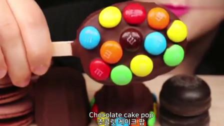 网红吃播:吃播小姐姐,大口吃巧克力蛋糕和糖果