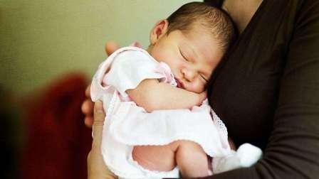 """当代育儿圈 不正确的抱姿会引起宝宝""""歪脖子""""?宝妈掌握4个原则,提前预防"""