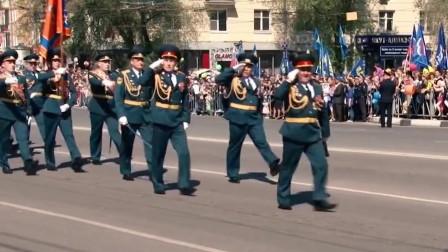 俄罗斯阅兵式,女兵鞋子掉了,将军这捡鞋姿势简直太霸气,好可爱