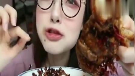 中国吃播:阿尤小姐姐吃猪蹄,满满一层的辣椒,大口吃真香!