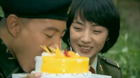 小庄端起整个蛋糕大口吃了起来!吃得真香