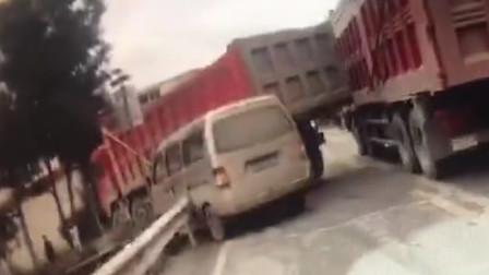 【重庆】面包车弯道超车酿事故 与货车挤在一起动弹不得
