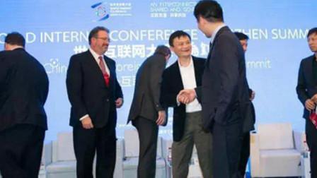 """记者""""挖坑"""":怎么看马云?刘强东微微一笑回应,网友:情商高"""