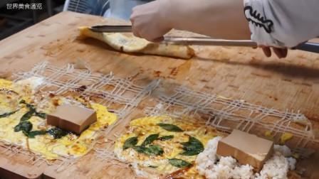 这家小吃店的特色美食,格子蛋饼,蛋饼卷米饭和面包香肠,太美味