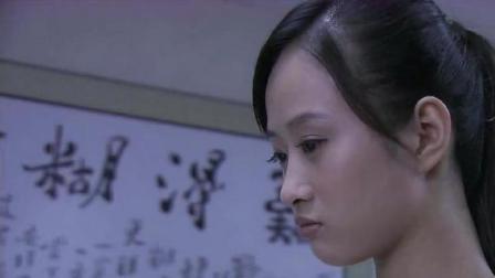 温柔的诱惑:美女跟老师聊天,却来到老师的旁边靠在桌子上