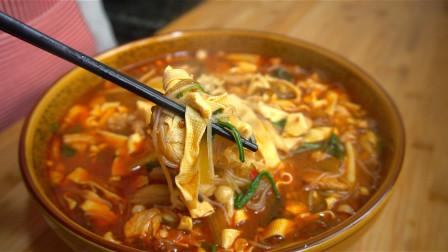 天冷了,我家就爱吃这一锅炖菜,酸菜豆皮炖粉条,香辣过瘾又美味