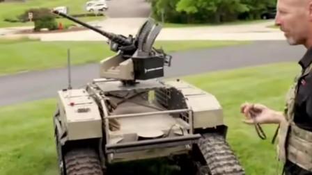 士兵用绳子牵引无人战斗机器人前进后退,就像牵引一只小宠物