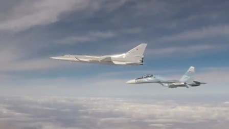 俄罗斯图-22M超音速轰炸机投下炸弹攻击地面装甲车