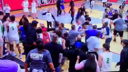 美国高中篮球赛赛后握手变群殴 场面混乱不堪