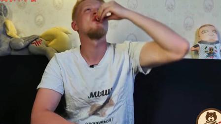 """老外在中国:喝惯伏特加的俄罗斯小哥 尝一口""""二锅头""""会怎样?表情太逗了"""