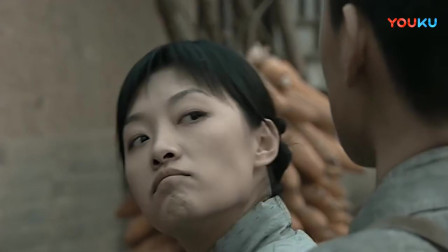 《亮剑》秀芹找李云龙说事,不料和尚非要进去,被秀芹妹子收拾了!