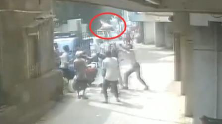 两岁男孩从3楼坠落 路人瞬间聚集将其接住