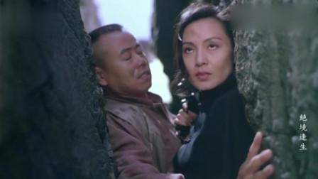 潘长江为躲避日军追捕,与春子一起卡在崖缝,好尴尬