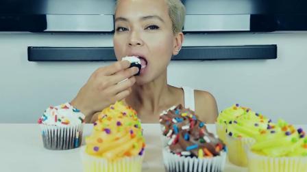 小姐姐吃各种口味的迷你奶油糖霜纸杯蛋糕,看起来真好吃啊