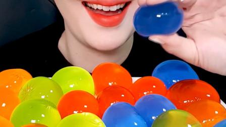 小姐姐吃播五彩的弹力球果冻,还得用牙签戳破才能吃,好过瘾啊