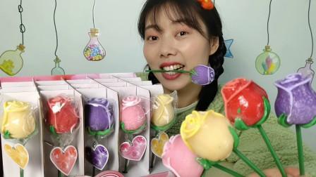 """美食拆箱:小姐姐吃趣味零食""""玫瑰花棒棒糖"""",娇艳欲滴,甜蜜蜜"""