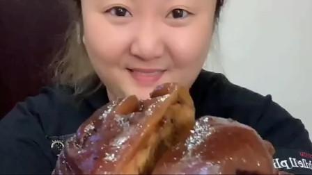 大胃王:酱肘子,小姐姐一边吃一边吧唧嘴,一口下去超级嫩乎,好过瘾!