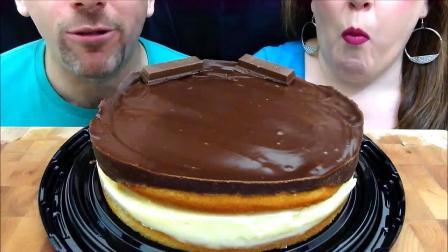 吃货夫妻一起吃巧克力奶油蛋糕呀,蛋糕很甜,心情更是甜呀