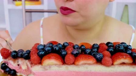 颜值超级赞的鲜果草莓慕斯蛋糕,吃起来香甜绵软,味道太棒了