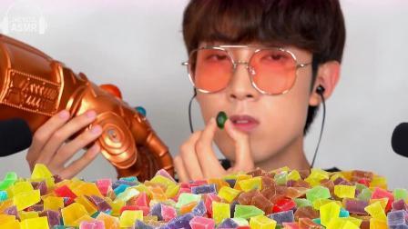 韩国大胃王小哥,吃一桌子的彩虹糖,这哥们太会演了