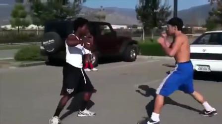 华人街头和黑人打架,一套漂亮的组合拳瞬间将黑人击倒,被打蔫了