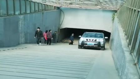 老司机对自己真狠!开着两驱车趴台阶,难道不怕爱车玩坏吗?