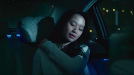 女孩和男友在车里,男友手机响了,来电头像竟是男友和别人的照片