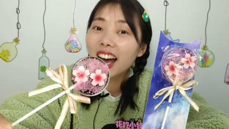 """小姐姐吃趣味零食""""樱花棒棒糖"""",粉萌透亮颜值高,清甜好喜欢"""