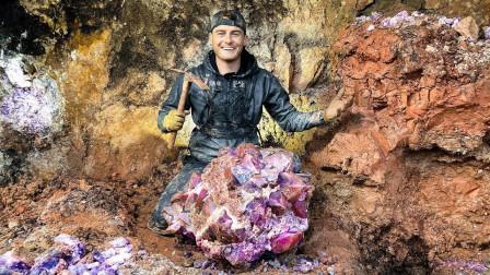 """男子挖矿意外捡到大块""""紫水晶"""",网友:赚大发了!"""