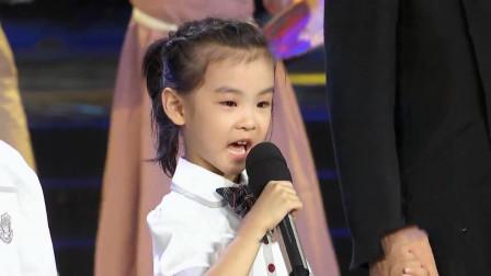 不愧是歌唱家的孩子,刘和刚儿子女儿上台献唱,开口唱功厉害了
